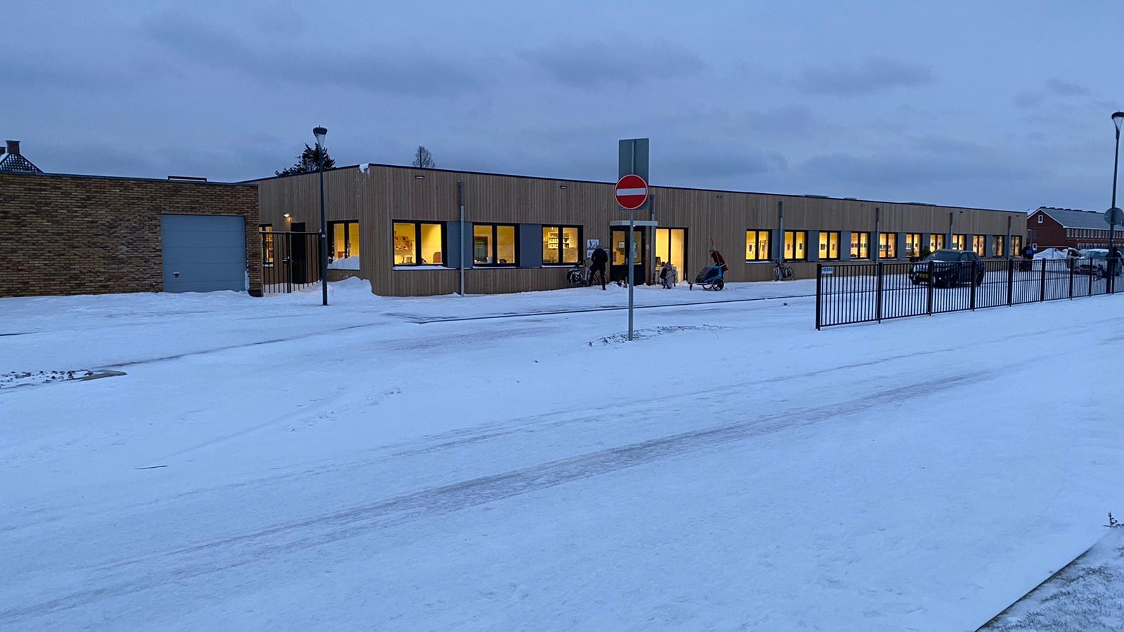 Kinderen Montessorischool Parkrijk gaan voor het eerst naar school in de Tijdelijke school Parkrijk